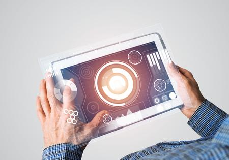 Graphique de concept de monde numérique sur l'écran de la tablette dans les mains des hommes