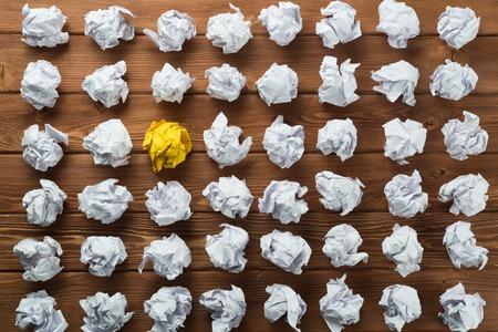 Wit verfrommeld stuk papier op houten tafel als idee
