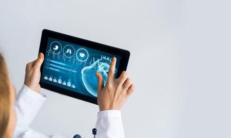医師の手で薬のインターフェイス画面を持つタブレットPCデバイス