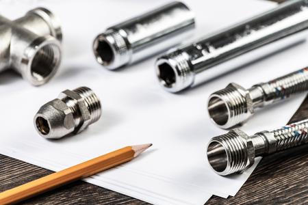 Nuovi elementi flessibili del sistema idraulico. Chiudere i raccordi e le connessioni dell'acqua con segmenti di tubo intrecciato. Conduttura idraulica sul tavolo. Progettazione e installazione di tubazioni idrauliche professionali