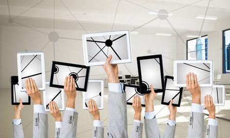 Conjunto de tabletas en manos masculinas en el interior de la oficina moderna. Representación 3d