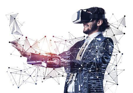 Homme d'affaires portant un casque VR à l'aide d'une interface futuriste. Technique mixte avec des objets 3D. Simulation et gestion de modèles d'affaires. Technique mixte avec des objets 3D. Modèle de connexion au réseau social