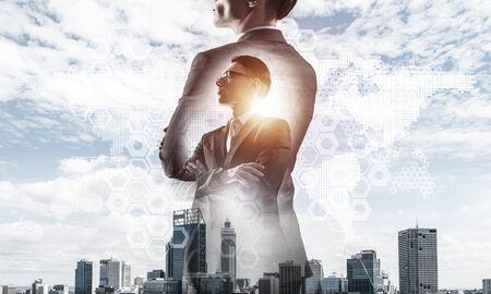 Double exposition d'un homme d'affaires élégant et d'une ville d'affaires moderne avec des tours et des gratte-ciel Banque d'images