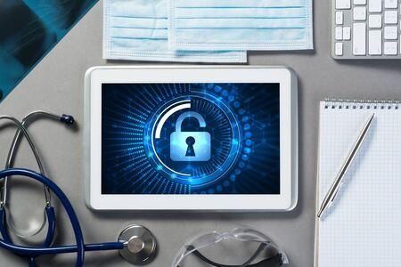Artsen werkplek met witte tablet stethoscoop en masker