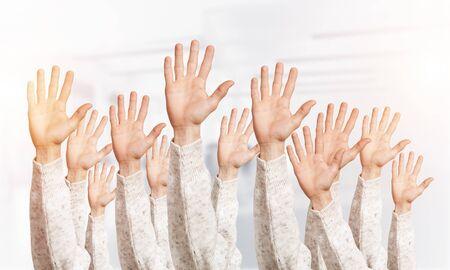 Fila de manos de hombre mostrando cinco dedos extendidos gesto. Hola o ayuda al grupo de signos. Manos humanas gesticulando sobre fondo claro borroso. Muchos brazos alzados juntos y presente gesto popular.