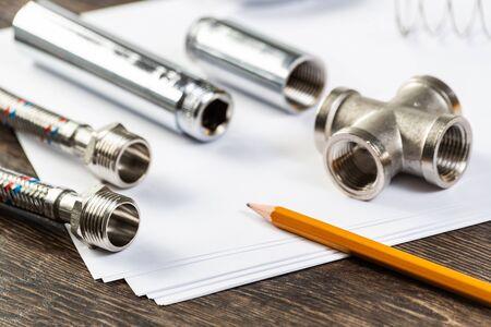 새로운 유연한 유압 시스템 요소. 꼰 호스 부분으로 물 피팅 및 연결을 닫습니다. 테이블에 배관 파이프라인입니다. 전문 설계 및 설치 배관 파이프라인 스톡 콘텐츠