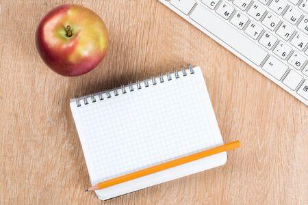 回到与键盘空白的笔记薄和铅笔的学校概念