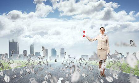 Donna con telefono rosso su sfondo paesaggio urbano moderno. Elegante segretaria con telefono e lettere volanti in giro. Assistenza aziendale e concetto di supporto. Flussi informativi e gestione