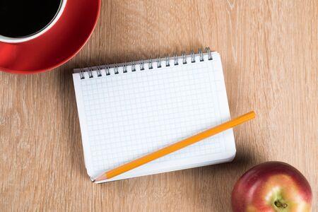 Zurück zum Schulkonzept mit leerem Notizblock und Bleistift des Apfels