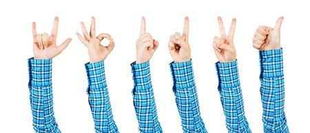 Frauenhände, die verschiedene Gesten zeigen. Okay, Fingerzeig, Sieg, Daumen hoch und Teufelshörner. Menschliche Hand, die auf weißem Hintergrund gestikuliert. Weiblicher erhobener Arm mit beliebten Gesten Standard-Bild