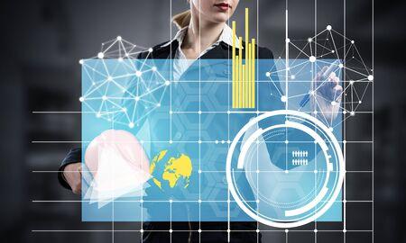 Empresaria apuntando en gráfico financiero 3d. Mujer en traje de negocios de pie con casco de seguridad. Tecnología digital e innovación en la industria de la construcción. Análisis de negocio y estadísticas de datos.