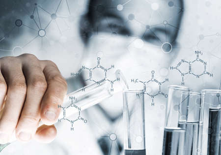 Young scientist mixing reagents in glass flask in clinical laboratory 版權商用圖片 - 150645059