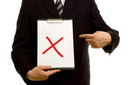 no pase: Una X roja en el portapapeles en la mano de un hombre de negocios  Foto de archivo