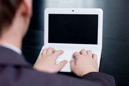 business man laptop: Empresario escribiendo en su cuaderno. Encima de la vista de hombro.