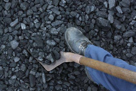 Miner working at shoveling coal mine Standard-Bild
