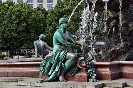 neptuno: Berl�n, Alemania - 18 may, 2015: Fuente de Neptuno (Neptunbrunnen) en Alexanderplatz