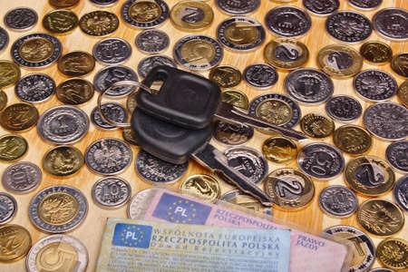 Documentos llaves del coche y de monedas de dinero sobre la mesa Foto de archivo