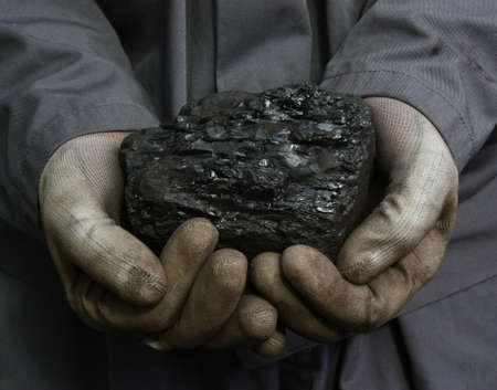 Węgiel w ręce górnika