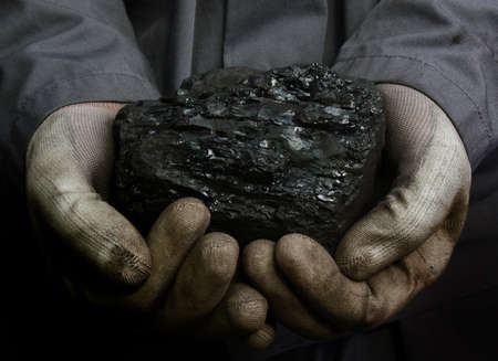 石炭の鉱山労働者の手に