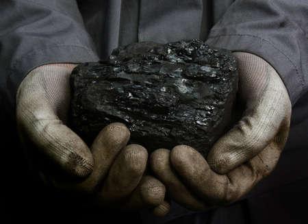 Kolen in de handen van een mijnwerker