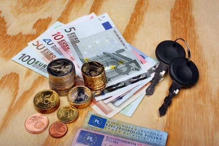 Documentos llaves del coche y dinero en euros sobre la mesa Foto de archivo