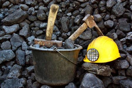 Minería herramientas en un fondo del carbón Foto de archivo