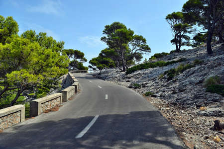 Open coastal road winding through to lighthouse Cap Formentor, Mallorca, Spain 免版税图像