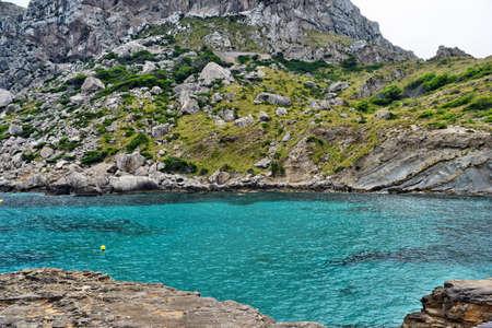 Belle baie de mer aux eaux turquoises et montagnes, Cala Figuera sur Cap Formentor, Majorque, Espagne Banque d'images