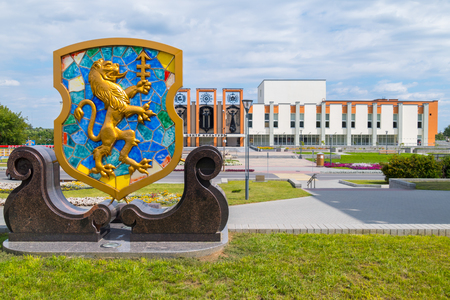 the emblem of the city with a golden lion on the square near the house Archivio Fotografico - 104402987