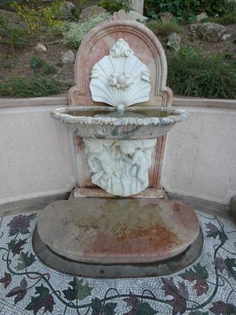 Fontana a forma di due angeli che reggono una conchiglia con perle Archivio Fotografico - 104215185