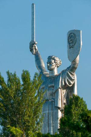 Monument to freedom and victory Motherland in Kiev against a blue, cloudless sky Stock fotó - 104322795
