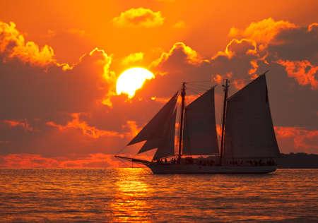 Un barco de vela en frente de una hermosa puesta de sol en Key West, Florida.