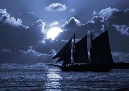 pirata: Un barco en el mar iluminado por la luna. Posible tema de piratas.