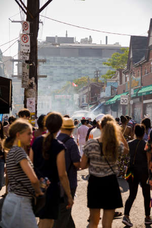TORONTO, ON, CANADA - JULY 29, 2018: Street view of the crowd at Kensington market in Toronto. Stockfoto - 115713671