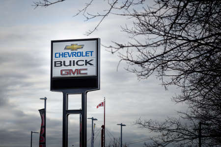 VANCOUVER, BC, CANADA - NOV 29, 2018: A General Motors dealership sign in the days following the announcement of GM plant closures across North America. 新聞圖片