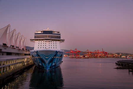 VANCOUVER, BC, CANADA - SEPT 30, 2019: The Norwegian Bliss docked at the Canada Place cruise ship terminal in downtown Vancouver at sunset during cruise ship season. 版權商用圖片 - 133326494
