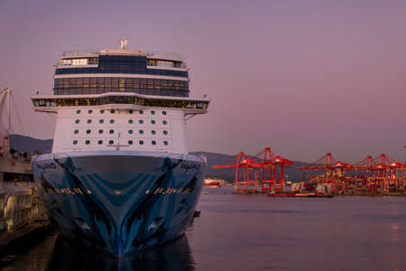 VANCOUVER, BC, CANADA - SEPT 30, 2019: The Norwegian Bliss docked at the Canada Place cruise ship terminal in downtown Vancouver at sunset during cruise ship season. 新聞圖片