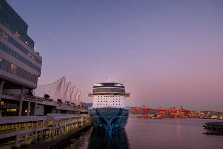 VANCOUVER, BC, CANADA - SEPT 30, 2019: The Norwegian Bliss docked at the Canada Place cruise ship terminal in downtown Vancouver at sunset during cruise ship season. 版權商用圖片 - 133326497