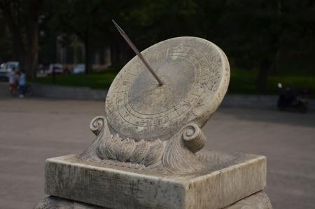 reloj de sol: Tsinghua temporizaci�n del reloj de sol del jard�n Foto de archivo