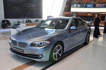 MUNICH 년 12 월 11 일 : 독일 뮌헨에서 2012년 12월 11일에 BMW 자동차 쇼에서 BMW 5 시리즈 리무진