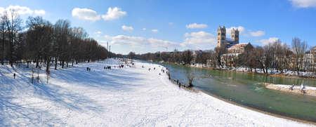 겨울에 뮌헨의 이자르 강 은행에 상트 막시밀리안 교회 에디토리얼