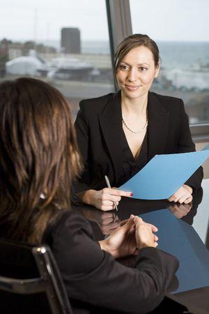 interview job: Mujer joven con un trabajo en una hermosa oficina
