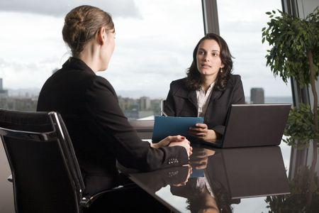 contrato de trabajo: Mujer joven con un trabajo en una hermosa oficina