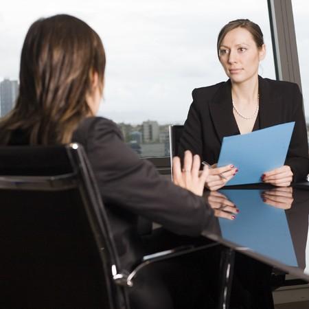 female boss: Weiblichen Chef entl�sst eine Arbeitnehmerin in seinem B�ro  Lizenzfreie Bilder