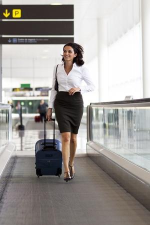 azafata: Mujer que se ejecuta en el aeropuerto