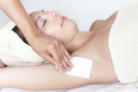 axila: Una mujer que realiza la depilaci�n axilas
