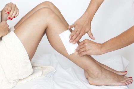 waxen: Verwijderen van haren uit de benen vrouw Stockfoto