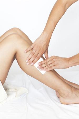 depilacion: Eliminar el vello de las piernas de la mujer Foto de archivo