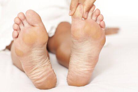 massage oil: Les mains de l'homme massant un orteil womans