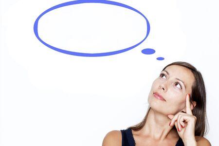 chica pensando: mujer que piensa en el fondo blanco con un globo de pensamiento Foto de archivo